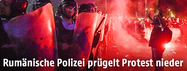 Einsatzkräfte und Demonstranten stehen sich in Bukarest gegenüber