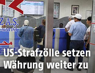 Türkische Menschen in einer Geldwechselstube in Ankara