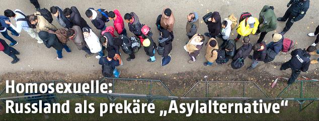 Flüchtlinge warten in einer Schlange