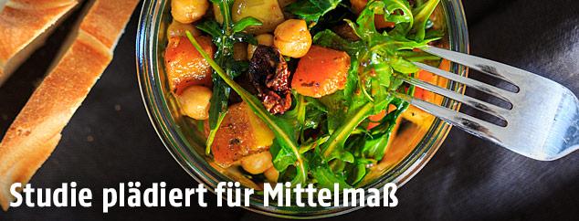 Salat mit Kichererbsen, Kürbis und getrockneten Tomaten