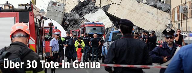 Einsatzkräfte vor eingestürzter Autobahnbrücke