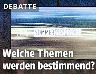 """TV-Monitor mit Schriftzug """"Sommergespräche"""""""