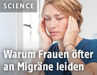 Eine Frau leidet unter Migräne