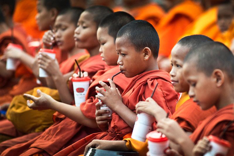 Junge thailändische Mönche