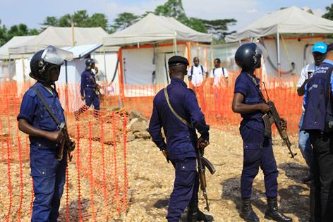 Polizei bewacht medizinische Einrichtung in der DR Kongo