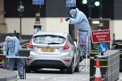 Forensiker untersuchen Auto