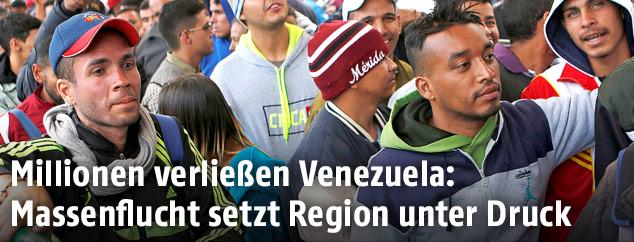 Menschen aus Venezuela warten an der Grenze zu Ecuador