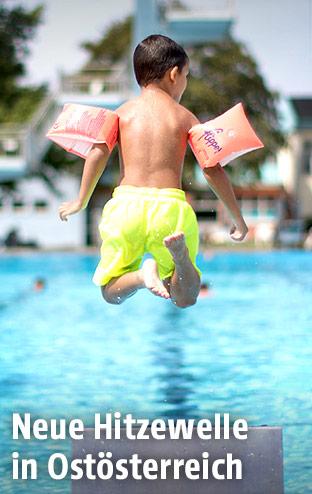 Kind springt in einen Pool