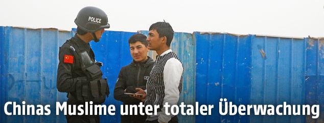 Chinesischer Polizist kontrolliert Uiguren