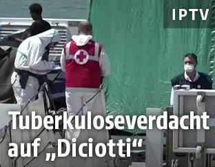 """Sanitäter mit Mundschutz auf der """"Diciotti"""""""