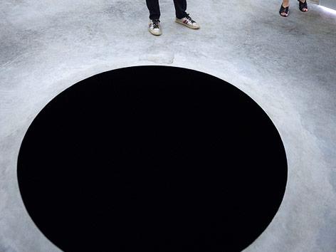 "Kunstinstallation ""Descent into limbo"" von Anish Kapoor"