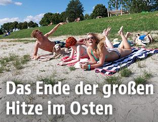 Junge Menschen liegen in der Sonne