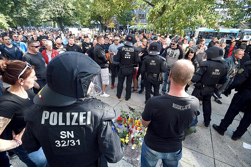 Polizisten und Demonstranten in Chemnitz