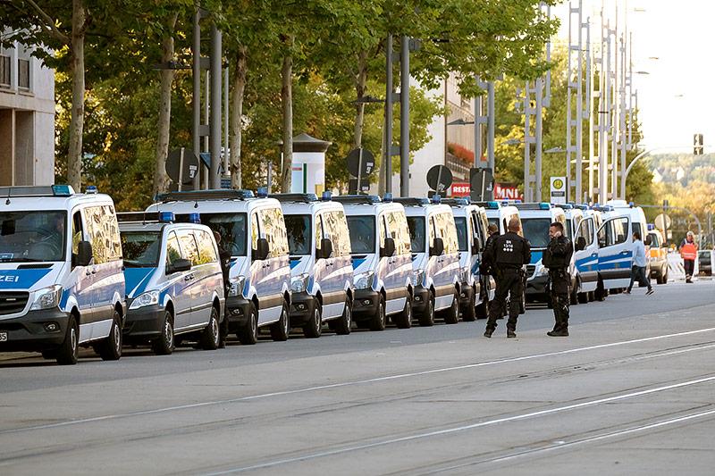 Viele Polizeiautos stehen aufgereiht in Chemnitz