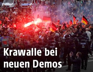 Einsatzkräfte und Demonstranten in Chemnitz