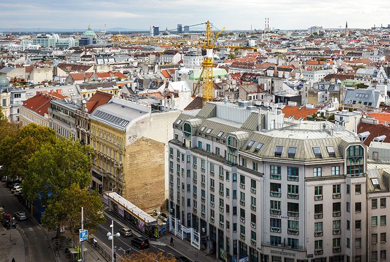 Kran in Wien bei Baulücke