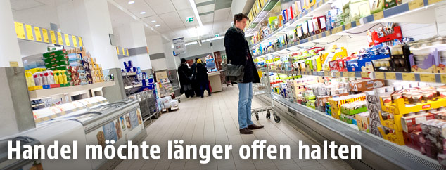 Kunde in einem Supermarkt