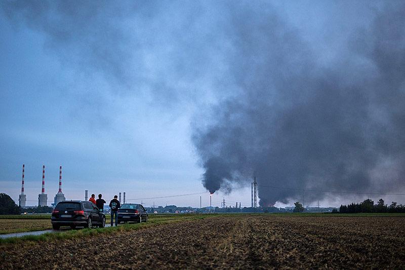 Rauchwolke über einer Raffinerie in Ingolstadt